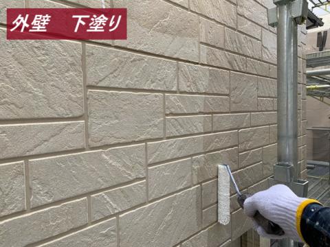 外壁塗装の下塗り中