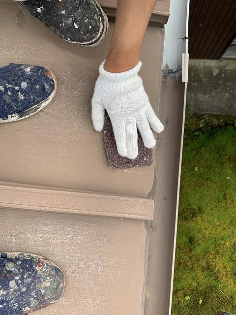 津市太田町で瓦棒屋根のケレン作業と下塗り中塗りをしました