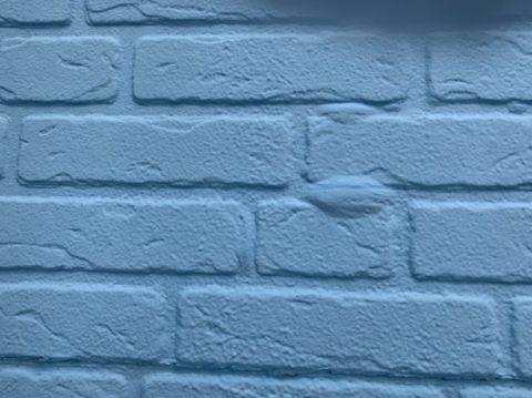 松阪市小津町でのケレン作業と軒天塗装と外壁下塗りの様子
